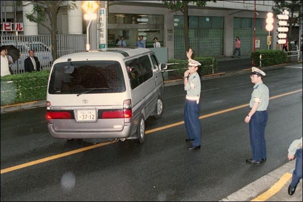 1999年9月24日、1ヶ月ぶりに保釈され東京・本富士署を出る槙原敬之氏を乗せた車 ©共同通信社