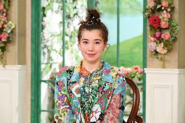 仲里依紗の自宅インテリアが素敵と話題に!黄色の壁紙とソファが印象的!